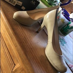 NWOT/ ANNE KLEIN Natural Patent Leather Heels❤️
